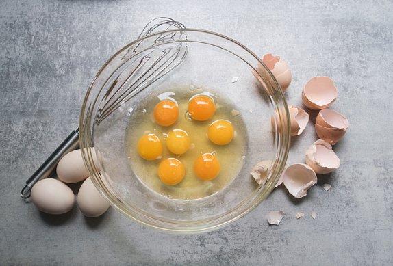 Vaječné rolky s nori a uzeným lososem