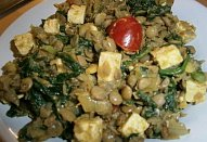 Pákistánská čočka se špenátem, tofu a cherry rajčaty