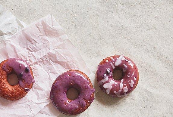 Donuty s borůvkovou polevou