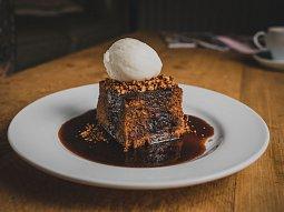 Sticky toffee pudink aneb Datlový koláč s karamelovou omáčkou