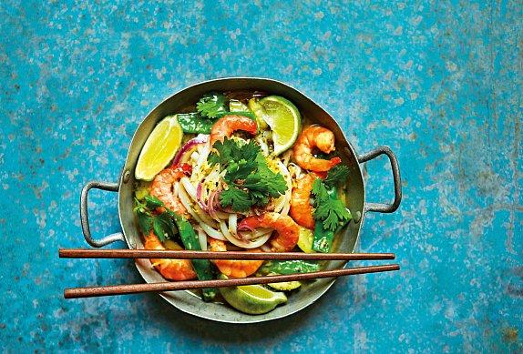 Zelené thajské karí s krevetami a udon nudlemi