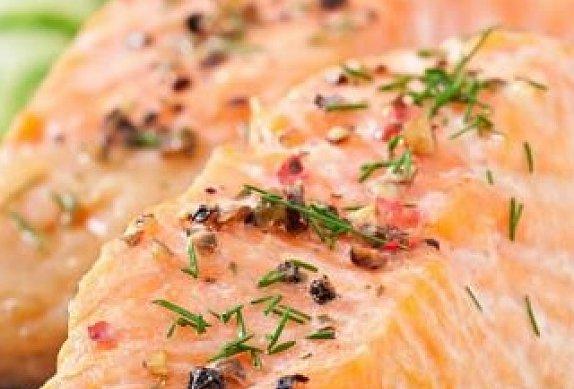 Restovaný losos se šťouchanými brambory a tvarohovým dipem