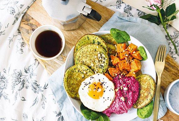 Špenátové lívance s hummusem, batáty a vejcem