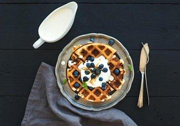 Nedělní snídaně do postele: Belgické vafle, koblihy a sladké palačinky