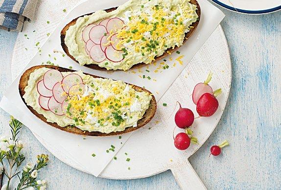 Chleba s avokádovou pomazánkou a vejci