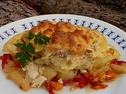 Kotlety pečené na bramborách se zeleninou
