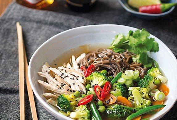 Kuřecí miso polévka s nudlemi a zeleninou