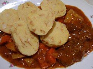 Česnekové bramborové knedlíky s houskou
