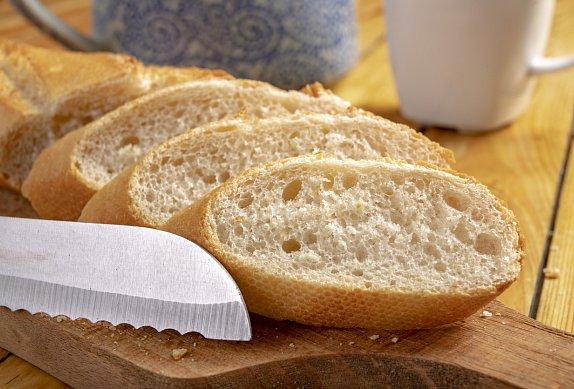 Chlebíčky s křenovou pomazánkou, šunkou a okurkou