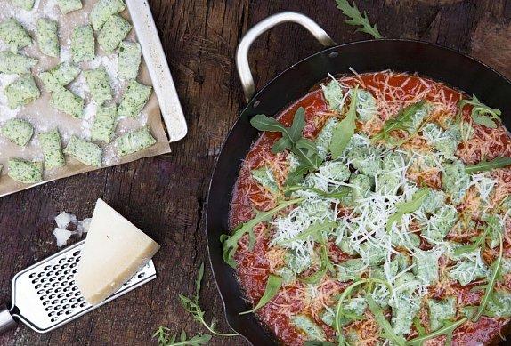 Nadýchané domácí noky s rajčatovou omáčkou