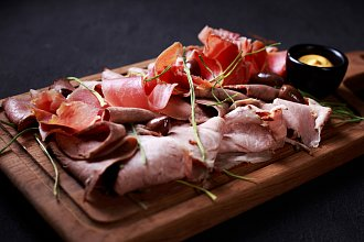 Recept na domácí salám či šunku – postup přípravy, suroviny a více variant receptu