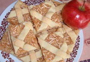 Křehký kokosový koláč s jablky - mřížkový