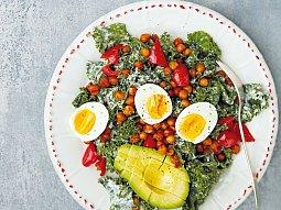 Kadeřávkový salát s cizrnou a avokádem