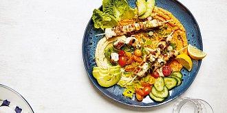 Kuřecí špízy s hummusem a zeleninou