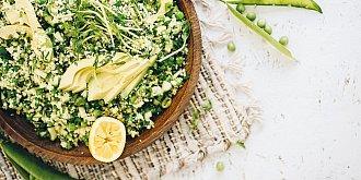 Bylinkový salát s hráškem a avokádem