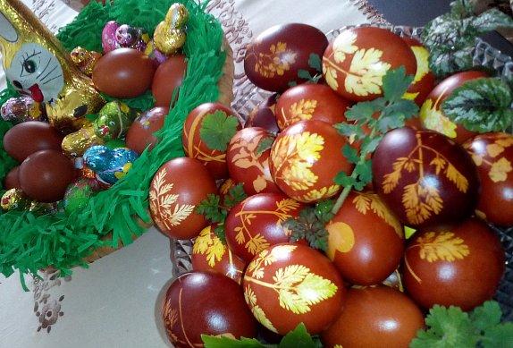 Barvená velikonoční vejce v cibulových slupkách