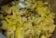 Dušená kuřecí stehna na řapíkatém celeru s pórkem