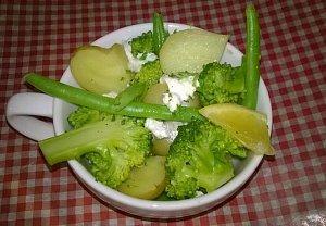 Bramborovo-brokolicový salát s kozím sýrem
