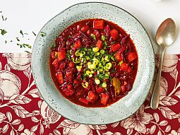 Polévka ze zelí, rajčat a batátů