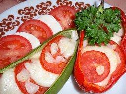Papriky s mozzarellou, rajčaty a česnekem