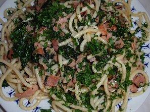 Česnekové těstoviny se slaninou a špenátem