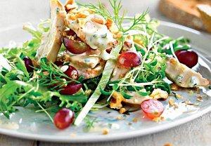 Salát s hroznovým vínem a vlašskými ořechy