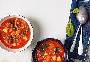 Rajčatová polévka s čočkou