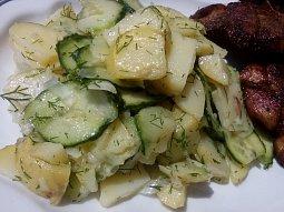 Bramborový salát s okurkou a koprem