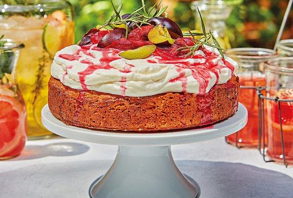 Polentový koláč se šlehačkou a švestkovým přelivem