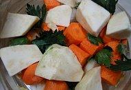 Pečené vepřové ocásky s kořenovou zeleninou