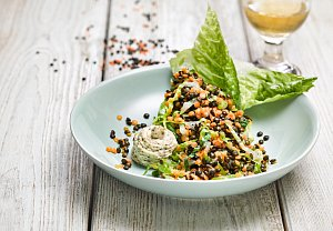Salát z barevné čočky s římským salátem, zakysaná smetana s majoránkou