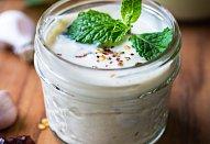 Jogurtová zálivka s česnekem a kari