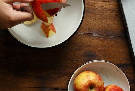 Pečená jablka s ořechy, brusinkami a karamelem