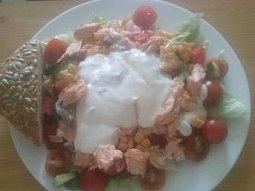 Zeleninový salát s lososem a jogurtovým dresingem