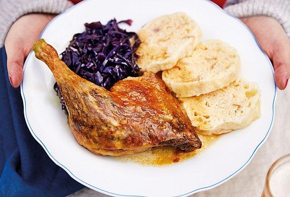 Pečená kachna s houskovými knedlíky a zelím na víně