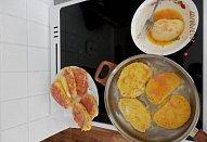 Houskový knedlík ve vajíčku s kuřecí mortadellou