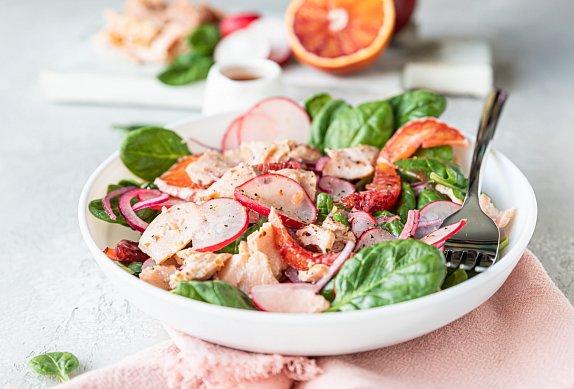 Citrusový salát s ředkvičkami a špenátem