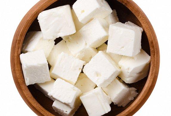 Salát z červené řepy s kozím sýrem a sýrovým pečivem