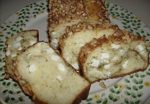 Slaný chlebíček s pestem a fetou