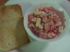 Zeleninový salát se sýrem a šunkou