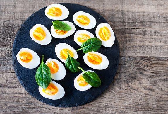 Topinky s hráškovým pestem a vajíčkem