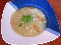 Krupičková polévka s vejcem
