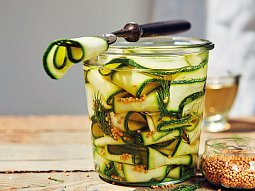 Cuketové pickles s koprem
