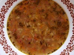 Jednoduchá kroupová polévka se salámem