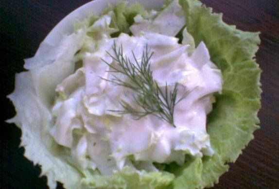 Ledový salát s česnekovo-koprovou smetanou