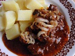 Hovězí kostky v pivním sosu s cibulkou