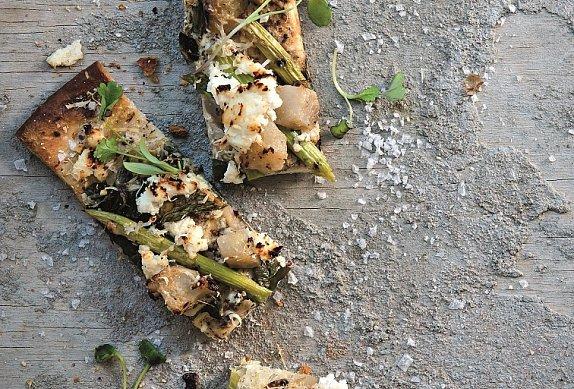 Pizza s kedlubnou a chřestem