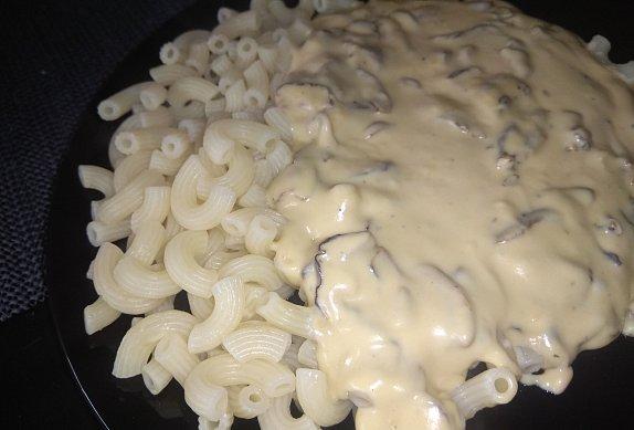 Bílá sýrovo-smetanová omáčka s houbami