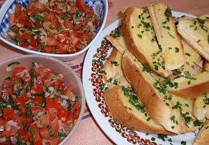 2x jinak rajský salát s česnekovou bagetou nebo toustem