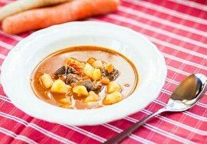 Gulášová polévka s mrkví